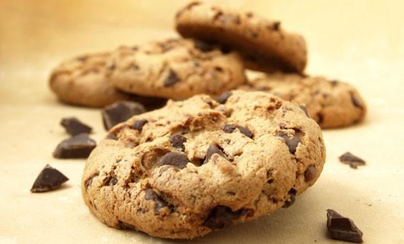 biscotti-con-gocce-di-cioccolato-990x470-c