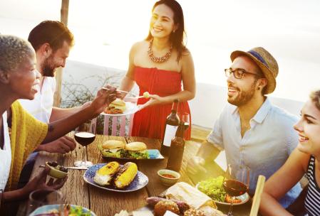 Mangiare in compagnia con consapevolezza