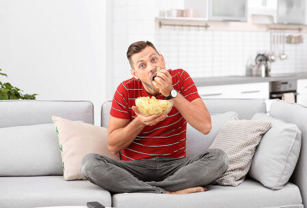 uomo mangia patatine